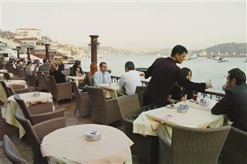 Resturants, food factories and hotels should serve halal food, shouldn't serve alcohol and need to obey hygiene rules to get a helal service certificate from the state standardization institution. Hürriyet photo